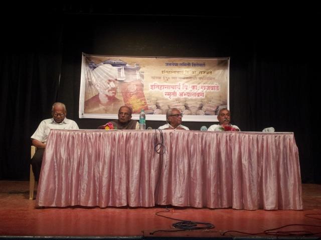 डावीकडून - प्रा. मोहनराव आपटे, श्री. निनादराव बेडेकर, डॉ. सदाशिव शिवदे आणि श्री. पांडुरंगजी बलकवडे